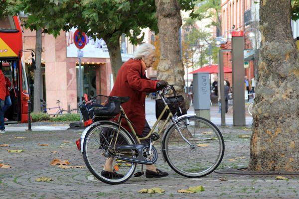 Жанна Кальман катается на велосипеде